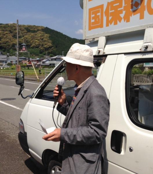 岡田市議と一緒に街頭宣伝