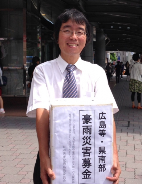 徳島駅前にて募金箱を持って