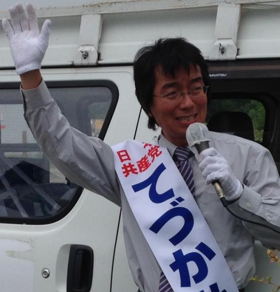 街頭宣伝をする手塚弘司