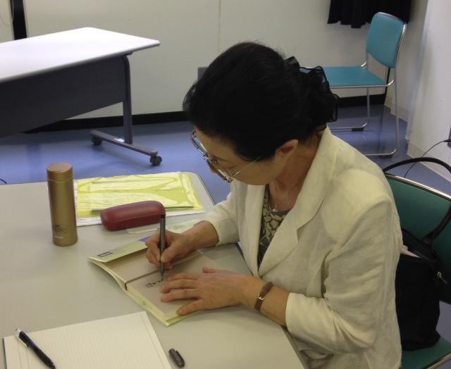サインをする澤田さん