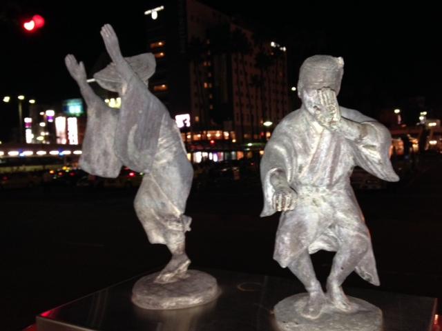 徳島駅前 真っ暗になって歩く私たちを見つめる阿波踊り人形