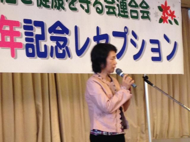 挨拶する上村きょう子県議予定候補