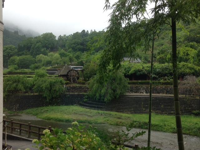 神山温泉 レストランから外を眺める