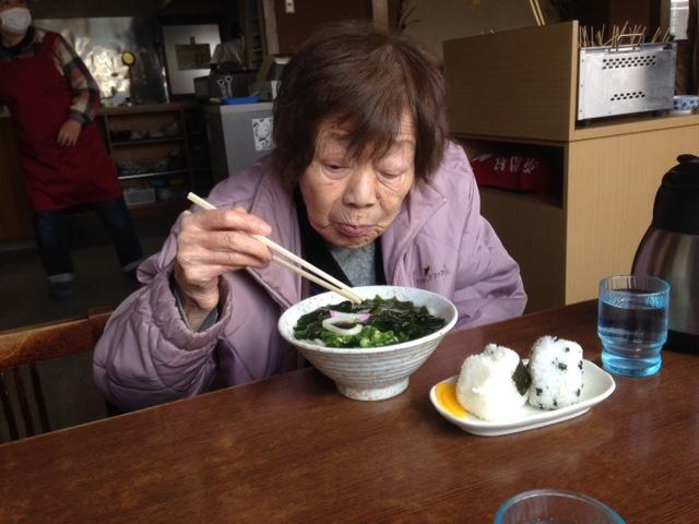 うどんを食べる母