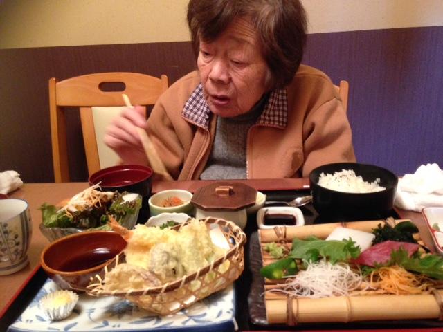 おいしい食事中の母