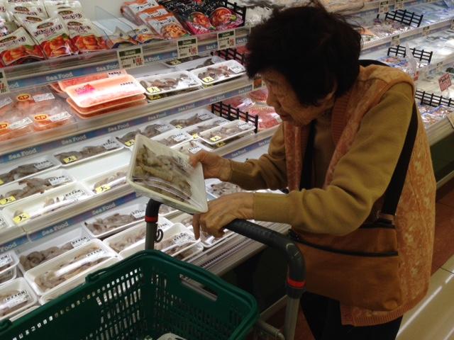 買い物をする母