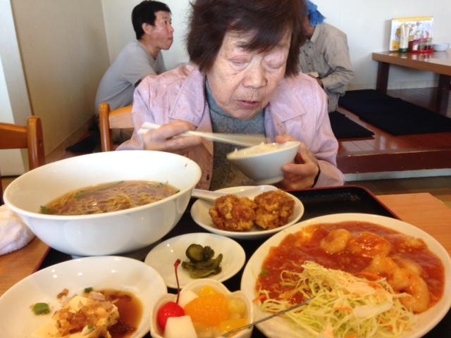 中華を食べる母